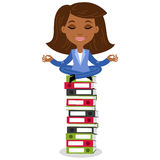 非洲动画片女商人思考,坐在莲花姿势在堆文件夹顶部 库存图片