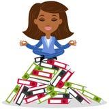 非洲动画片女商人思考,坐在莲花姿势在疏散堆文件夹 免版税库存照片
