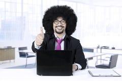 非洲商人在办公室显示赞许 免版税库存图片
