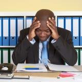 非洲商人在危机的办公室 免版税图库摄影