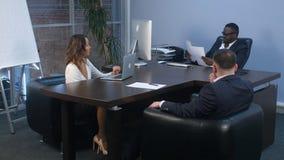 非洲商人签署的就业合同在办公室在会议期间 免版税图库摄影