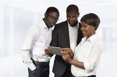 非洲商人谈论与片剂个人计算机 库存图片