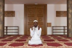 非洲回教人在清真寺祈祷 免版税库存照片