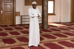 年轻非洲回教人祈祷 免版税库存照片