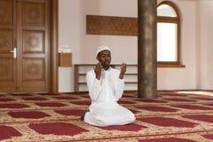 年轻非洲回教人祈祷 免版税图库摄影