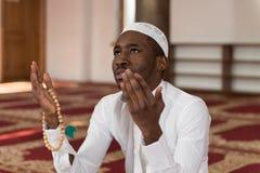 年轻非洲回教人祈祷 库存图片
