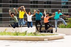 非洲大学生跳跃 免版税图库摄影