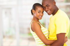非洲夫妇拥抱 库存图片