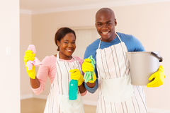 年轻非洲夫妇清洁 库存图片