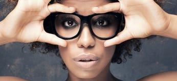 年轻非洲女孩画象有非洲的 免版税库存照片