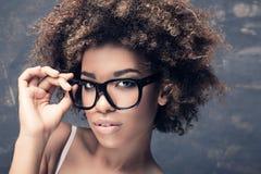 年轻非洲女孩画象有非洲的 免版税库存图片