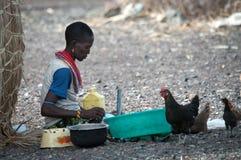 非洲妇女做农村工作 库存图片