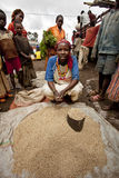 非洲妇女卖五谷在钥匙在远处部族市场上,埃塞俄比亚 非洲28 12 2009年 免版税库存图片