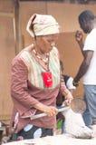非洲妇女和鱼 免版税库存图片