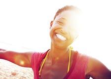 非洲妇女海滩幸福自由概念 库存照片