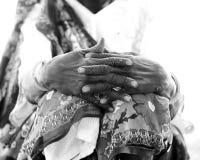 非洲妇女的被风化的手 库存照片