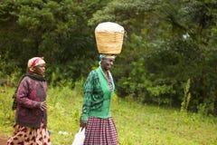 非洲妇女走 免版税图库摄影