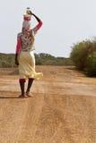 非洲妇女trasnport食物 库存照片