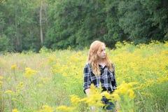非离子活性剂夏令时领域的红头发人女孩 库存图片