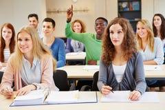 学生举的手在大学 免版税图库摄影