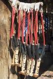 非洲手工制造小珠五颜六色的木弹弓 地方工艺市场 库存照片