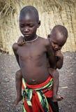 非洲未认出的El molo孩子临近湖Turkana,肯尼亚 库存照片