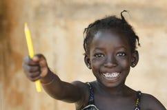 非洲标志的教育:美丽的年轻女小学生暴牙的S 免版税库存图片