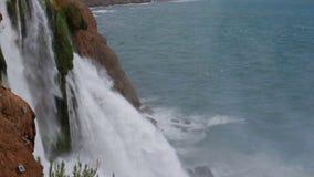 非洲海角drakenstein klein山临近西部paarl射击南的瀑布 与树和草的夏天风景 股票录像