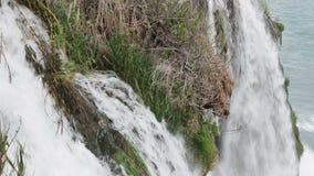 非洲海角drakenstein klein山临近西部paarl射击南的瀑布 与树和草的夏天风景 影视素材