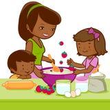 非洲烹调在厨房里的母亲和孩子 免版税库存照片