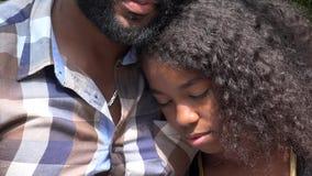 非洲父亲和哀伤的女儿