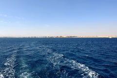 非洲的海岸的看法在有游艇的埃及 洪加达 图库摄影