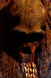 非洲礼拜式的人的头骨在非洲村庄 免版税库存图片