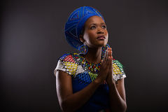 非洲祈祷的妇女 免版税图库摄影