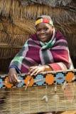 非洲祖鲁族人妇女编织秸杆地毯 免版税库存照片