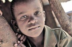 非洲美丽的男孩村庄 免版税库存图片