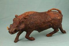 非洲艺术-疣肉猪从实体木材雕刻了 免版税库存图片