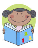 非洲裔美国人的书女孩读取 免版税库存照片