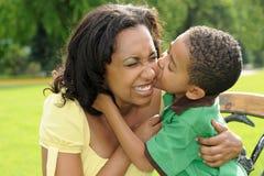 非洲裔美国人的儿童愉快的母亲 免版税图库摄影