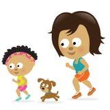 非洲裔美国人的女儿跑步的母亲 免版税图库摄影