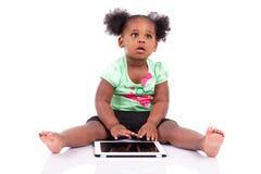 非洲裔美国人的女孩少许个人计算机片剂使用 免版税图库摄影