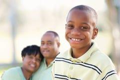 非洲裔美国人的男孩英俊的父项 免版税图库摄影
