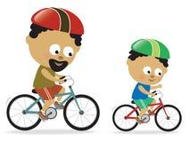 非洲裔美国人的骑自行车的父亲儿子 免版税库存图片