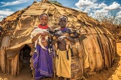 从非洲部落拿着山羊的Daasanach的女孩 免版税库存照片
