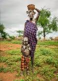 从非洲部落Mursi与她的婴孩,埃塞俄比亚的妇女 免版税库存照片