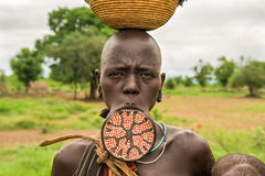 从非洲部落Mursi的妇女与一块大嘴唇板材 免版税库存照片