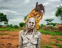 从非洲部落Mursi的老妇人在她的村庄 免版税库存图片