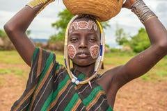 从非洲部落Mursi,埃塞俄比亚的年轻男孩 免版税库存图片