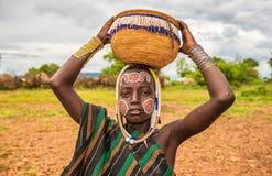 从非洲部落Mursi,埃塞俄比亚的年轻男孩 免版税库存照片