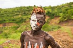 从非洲部落Mursi,埃塞俄比亚的年轻男孩 图库摄影